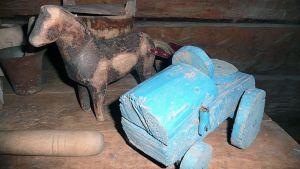 Hevonen ja traktori ovat entisajan leluja.