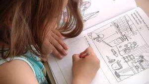 Ekaluokkalainen tekee koulutehtäviä