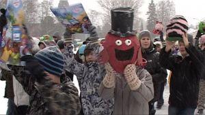 ENO-verkkokoulun oppilaita marssi tammikuussa 2009 ilmastonmuutoksen hillitsemiseksi Joensuussa.