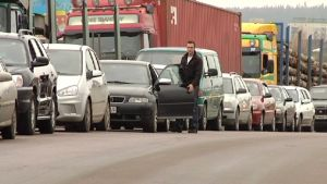 Rajanylittäjiä tulossa Suomeen Venäjältä Svetogorskissa.