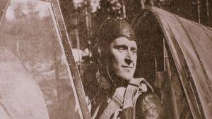 Hävittäjälentäjä Aimo Vahvelainen kuvattuna koneessaan.