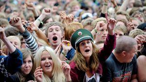 Festivaaliyleisöä Hultsfredin festivaaleilla Ruotsissa