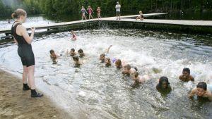 Lapsia uimakoulussa.