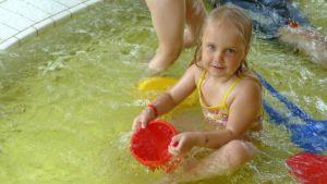 Uimaan oppii leikkimällä.