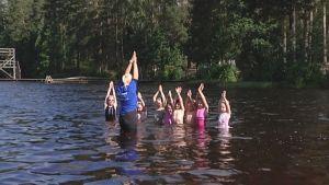 uimakoululaisia opettajansa kanssa