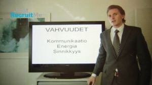 Mies esittelee vahvuuksiaan videohakemuksessa.