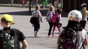 Koululaisia koulun pihalla.