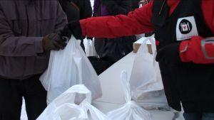 Turun kauppatorilla jaetaan ruoka-avustuksia itsenäisyyspäivänä.