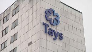 TAYS-logo ulkoseinässä.