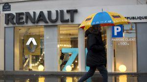 Mies kävelee Renaultin automyymälän ohitse.