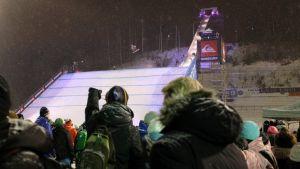 Stars of the Stadium Lahdessa 2013. Lumilautailija hyppää hyppyristä ja yleisö seuraa.