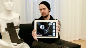Ville Kaisla esittelee Retronic-sovellusta.
