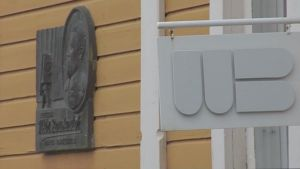VB-valokuvakeskuksen kyltti ja Victor Barsokevitschin muistolaatta rakennuksen seinässä.