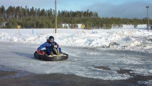 Karting-auto ajaa jäisellä radalla.