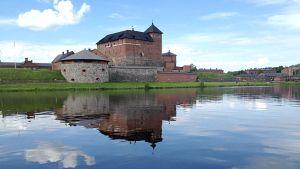Hämeen linna järveltä katsottuna.