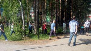Renesasin työntekijät kävelevät henkilöstöinfoon.