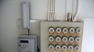 Etäluettava sähkömittari sulaketaulun vieressä.