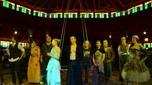 Cirque Draculan esiintyjät lavalla.