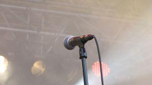 Mikrofoni mikrofonitelineessä