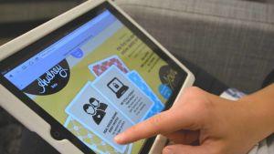 Nainen selaa nettideittailusivustoa.