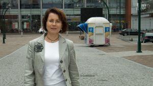 Paula Aikio-Tallgren Tornion kävelykadulla.