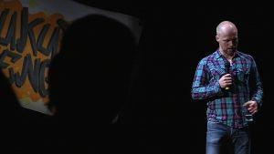 Stand up -koomikko Teemu Vesterinen esiintymässä.
