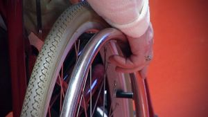 Käsi ja pyörätuoli
