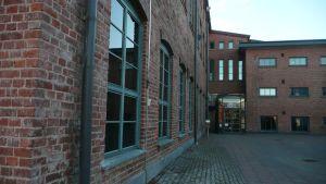 Kirjaston sisäänkäynti Vanhassa Paukussa.
