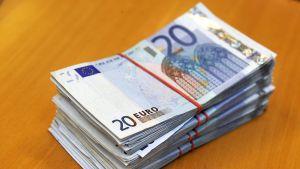 20 euron seteleitä nipuissa.