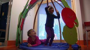 Helmi Ala-Nisula ja Fanni Rintala rakentavat majaa uuden päiväkodin sisätiloihin.