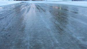 Jäinen tie - vesisateen ja jään sekoitus