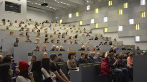 Kuuntelijoita luennolla Fellmanniassa.