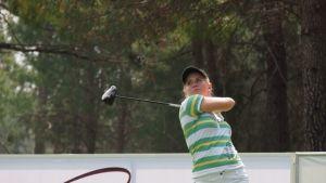 Krista Bakker on ensimmäistä kesäänsä ammattilaisena golfkentillä.