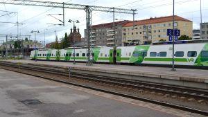 Pendolino-juna lähdössä Tampereen rautatieasemalta.