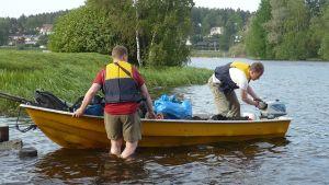 Adrian Candolin ja Christian Rönnbacka lähdössä riskiretkelle Hämeenlinnasta