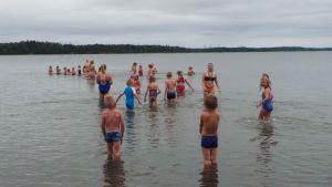 uimakoululaisia meressä