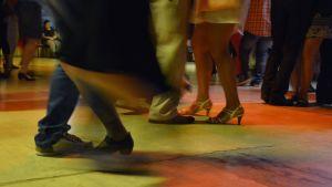 Yleisö tanssii lavatansseissa.