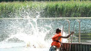 Lapsia uimassa Sysmässä.