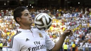 Real Madridi James Rodríguez pomputtelee palloa.