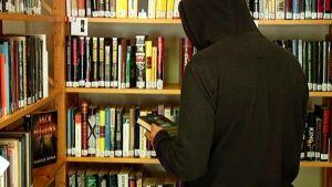 Huppupäinen mies kirjastossa
