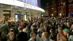 Väkijoukko jonottamassa Apollo -konserttisaliin.