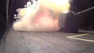 Yhdysvaltain laivaston ohjusristeilijä USS Arleigh Burkella kuvatulla videolla näkyy, miten Yhdysvallat laukaisee useita Tomahawk-risteilyohjuksia ISIS-järjestön asemiin.