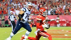 Kansas City Chiefsin Husain Abdullah juoksee karkuun New England Patriotsin Sebastian Volmerilta.