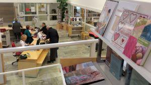 Asiakkaita Tornion kirjastossa
