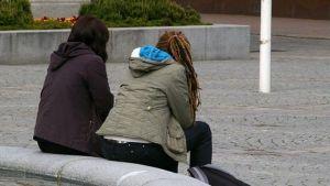 Nuoret istuvat