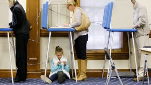 Yhdeksänvuotias Ella Duane odottaa, kun hänen äitinsä Laura äänestää.