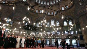 Paavi Franciscus Sulttaani Ahmedin moskeijassa.
