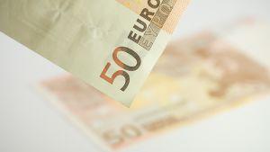 Kaksi viidenkymmenen euron seteliä.