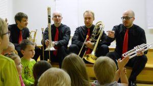 Kuopion kaupunginorkesterin puhallinkvartetti vieraili kuopiolaisessa päiväkoti Sinikellossa.