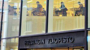 Opiskelijoita Helsingin yliopiston Kaisa-talon kirjastossa.